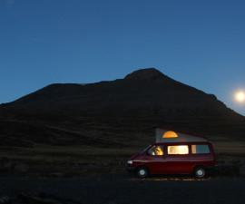 Bulli-Buero: Unser VW Bus am Abend in Island