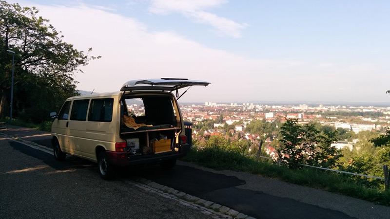 Parken an einem Hang mit Blick über Freiburg